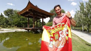 Saúl Craviotto, con la bandera de España, junto a la pagoda del...
