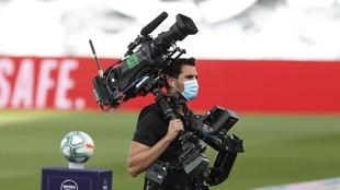 Un operario de cámara durante un partido de fútbol.