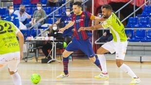 Dyego golpea el balón ante Diego Nunes