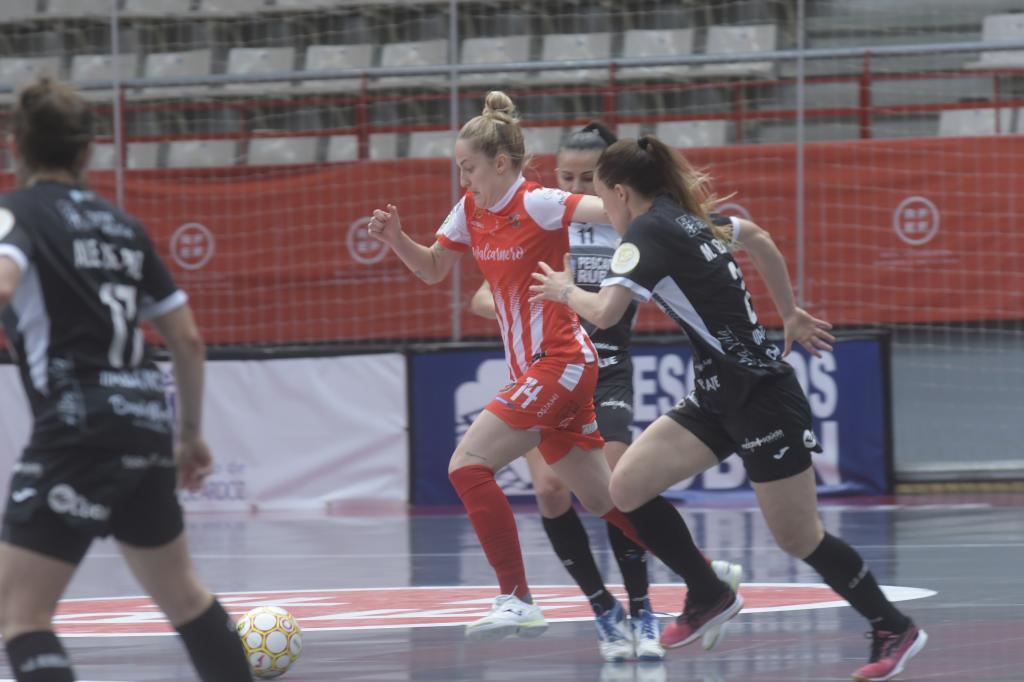 Anita Lujñan conduce el balón en la final de la Liga