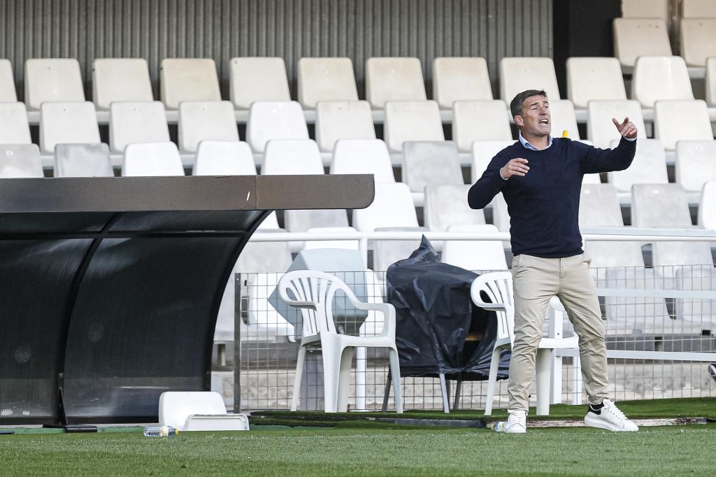 Luis Carrión dando instrucciones durante un partido la temporada pasada.