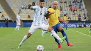 Paredes y Richarlison disputan el balón durante la final Argentina vs...