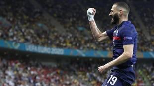 Benzema celebra uno de sus cuatro goles en la Euro con Francia.