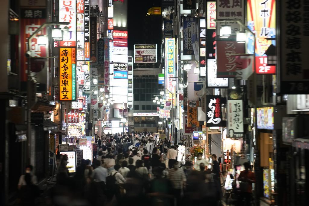Una populosa calle de Tokio por la noche.