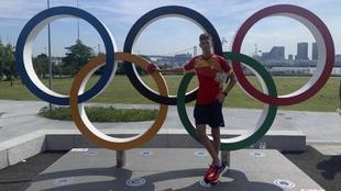 Adrián Vicente, con los aros olímpicos en la Villa de Tokio.