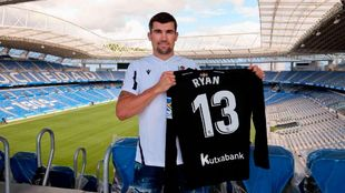 Maty Ryan posa con su nueva camiseta de portero de la Real en Anoeta.