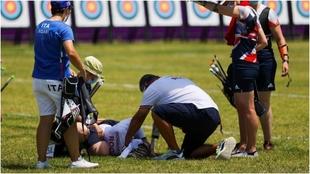Svetlana Gomboeva es atendida por los médicos tras desmayarse por el...