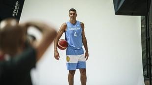 Luis Scola posa en la sesión oficial de fotos de la selección...