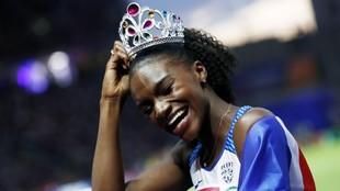Dina Asher-Smith celebra una victoria en 200 metros.