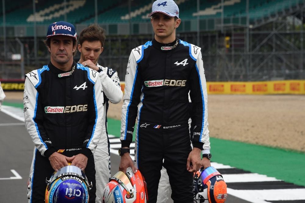 Alonso y Ocon en la presentación del nuevo coche 2022 de F1