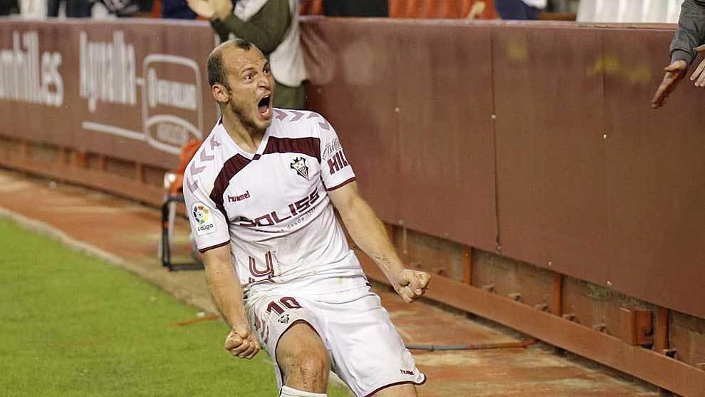 Zozulia celebrando un gol con el Albacete.