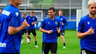 David Silva, en un entrenamiento de esta pretemporada, con Januzaj un...