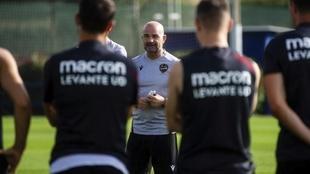 Paco López dando una charla antes del entrenamiento.