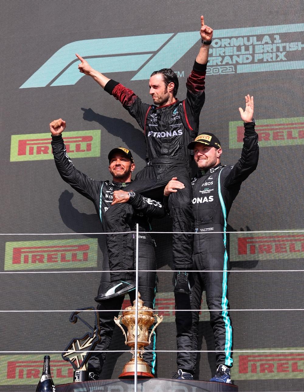 Mercedes celebrando en el podio del Gran Premio de Gran bretaña