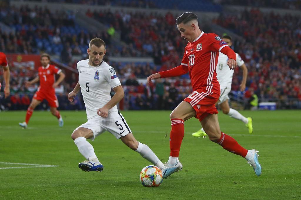Harry Wilson conduciendo el balón con Gales.