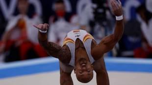 Ray Zapata en un momento de su ejercicio de suelo en su primera...
