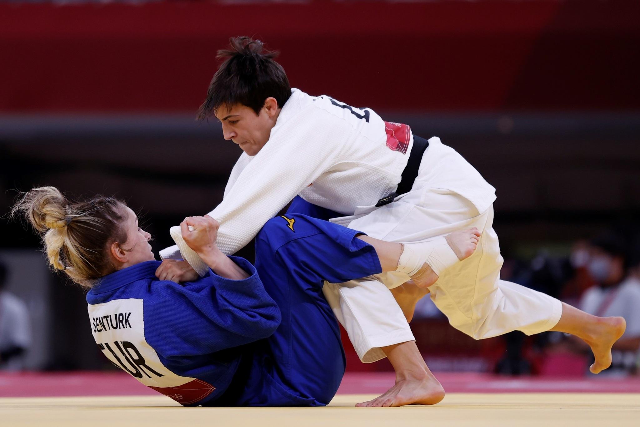 Julia Figueroa con Gulkader Senturk de Turquía en los 48 kg femeninos