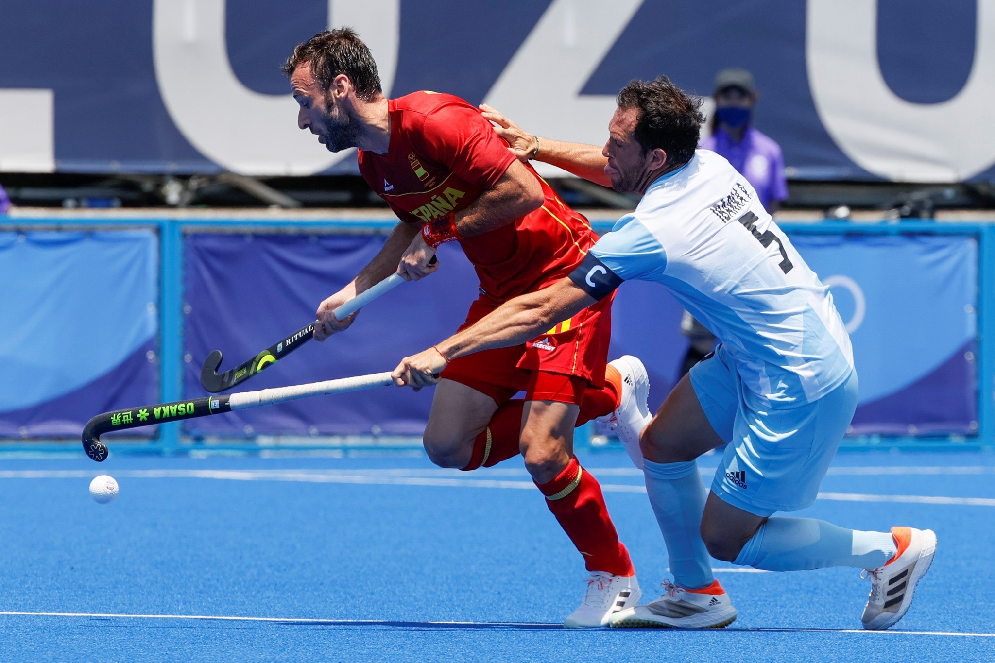 David Alegre de España disputa la bola con Pedro Ibarra de Argentina