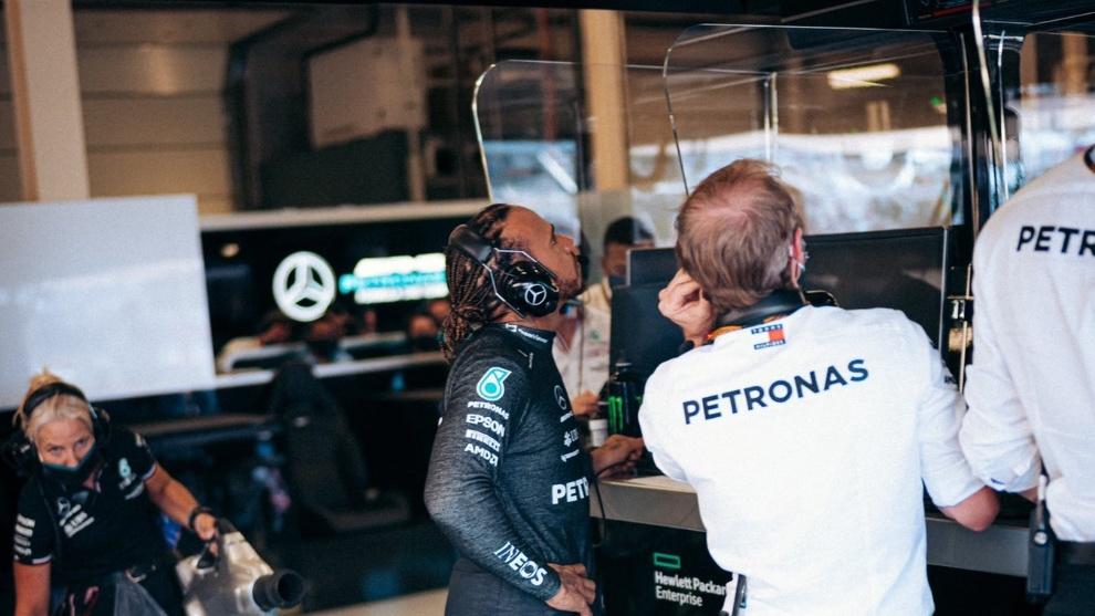 Hamilton trabajando con su ingeniero en GP de Gran Bretaña