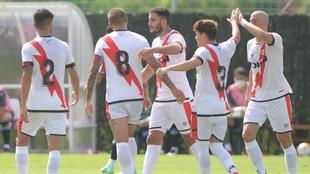 Los jugadores del Rayo Vallecano celebran uno de los goles del...