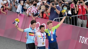 Carapaz, Van Aert y Pogacar, posan en el podio de Fuji
