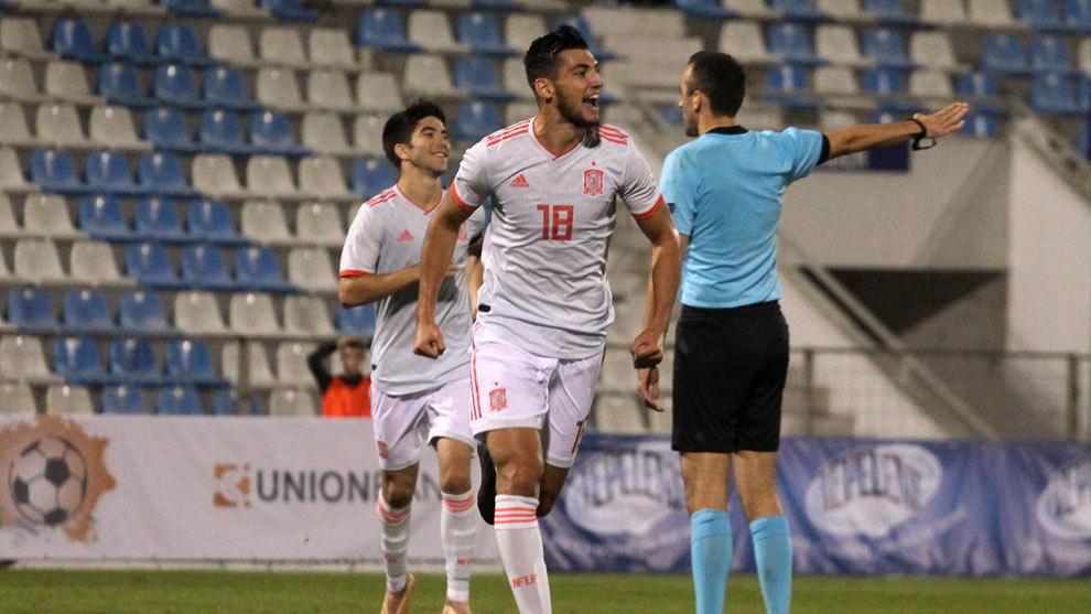 Rafa Mir (24) durante un partido con la selección española.