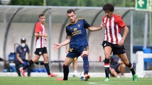 Uno de los lances del amistoso entre Bilbao Athletic y Mirandés.