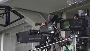Cámaras de televisión en un estadio.