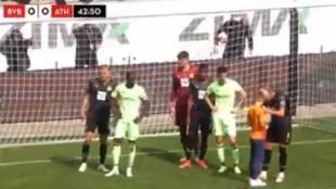 Gesto de crack: Haaland firma la camiseta a un niño en pleno partido contra el Athletic