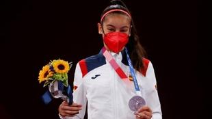 Adriana Cerezo posa en el podio con su medalla de plata en -49 kg.