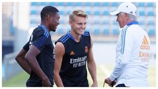 Alaba, Odegaard y Ancelotti charlan durante un entrenamiento del Real...