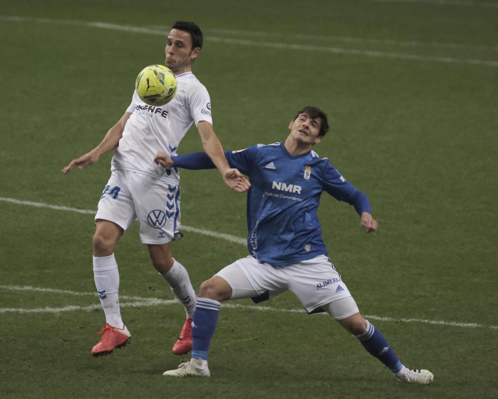 Riki ante Ramón Folch en un partido del Oviedo frente al Tenerife de hace un año y medio