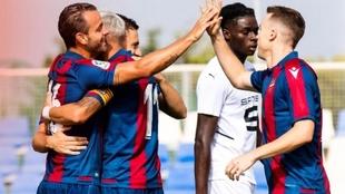 Soldado celebra su primer gol con el Levante.