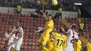 Santi Bueno despeja de cabeza en el partido del Girona en Vallecas