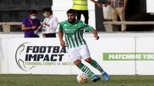 El bético Fekir conduce el balón en el partido frente al Wolves.