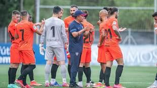 El técnico mexicano Nacho Ambriz dando instrucciones a sus jugadores