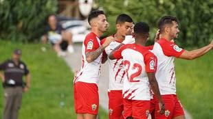 Lazo celebra con sus compañeros uno de sus tres goles marcados