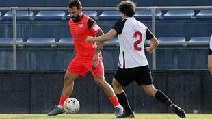 Javi Jiménez conduce el balón durante el partido entre malacitanos y...