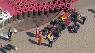 Imagen cenital del Red Bull de Verstappen contra las protección en...