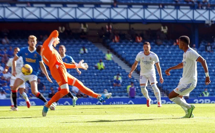 Rodrygo cruza con suavidad el remate que se convierte en el 0-1 para...