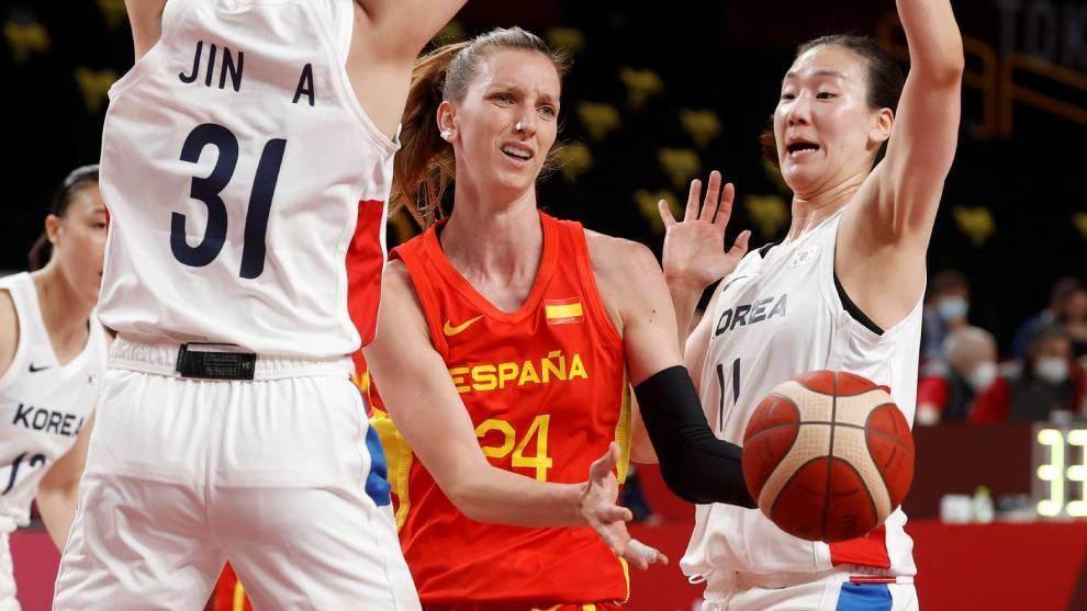 Laura Gil intenta pasar la asfixiante defensa coreana