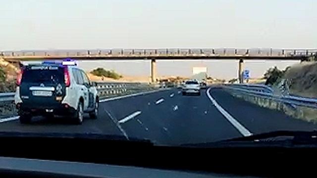 Un vehículo de la Guardia Civil llega para dar el alto al conductor del camión.