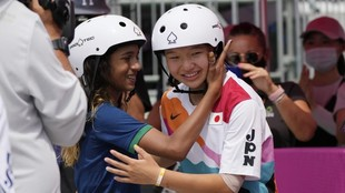 Momiji Nishiya es felicitada por Rayssa Leal tras la final.