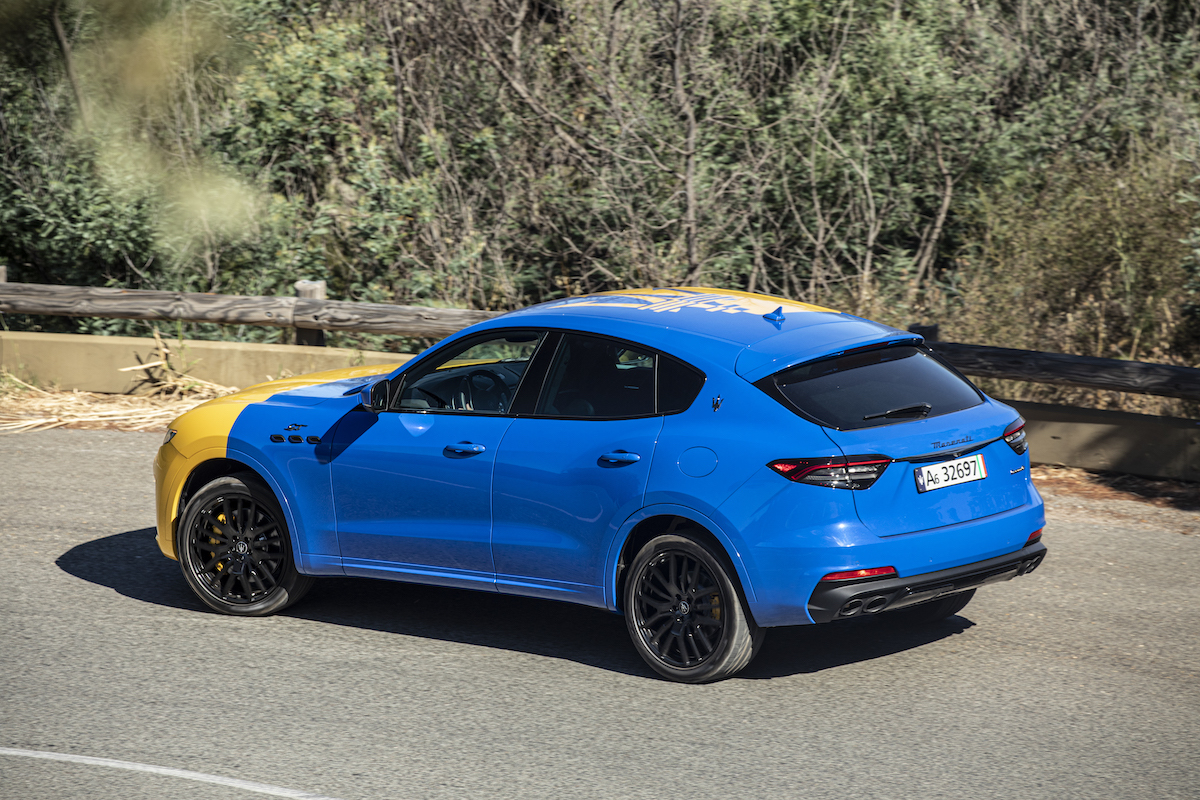 El Levante Hybrid Fuoriserie bicolor es azul por un lado y amarillo por el otro, como la bandera de Módena.