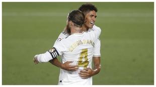 Varane y Ramos se abrazan tras conquistar la Liga 19-20, su último...