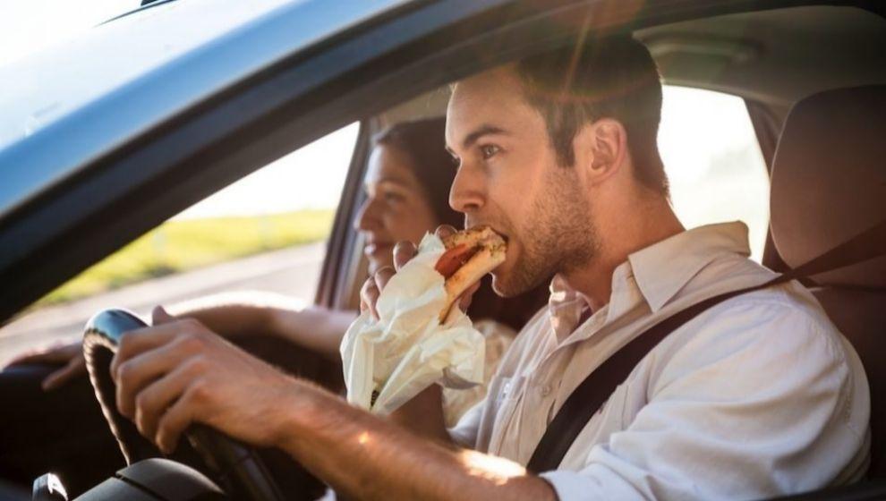 La sanción por comer o beber mientras conduces alcanza los 200 euros