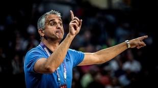 Igor Kokoskov da instrucciones durante un partido con la selección de...