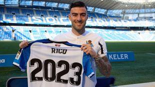 Diego Rico posa con una camiseta de la Real en Anoeta.