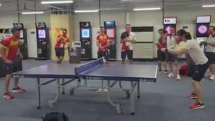 A este chaval se le da todo bien: el punto de Pedri contra una olímpica española de tenis de mesa