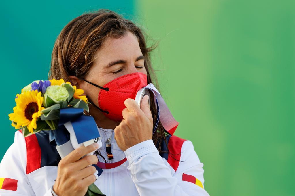 Maialen Chourraut besa la plata olímpica.